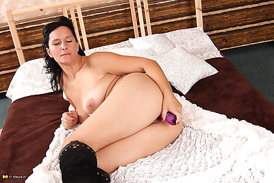 Horny mature slut playing..