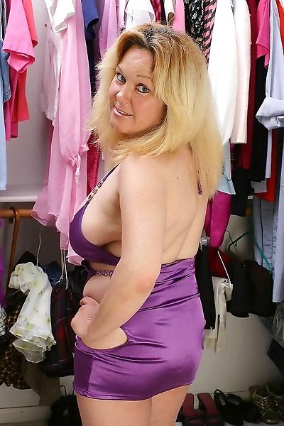 Chubby mom patricia shows..