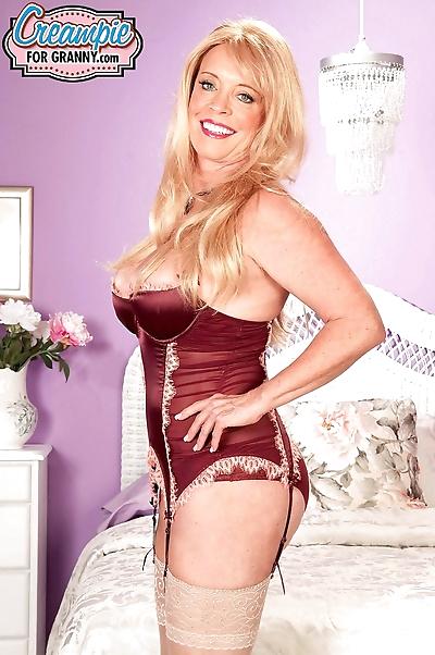Sexy mature woman Lexi..