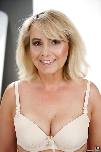 Sexy granny Jana Nelle takes..
