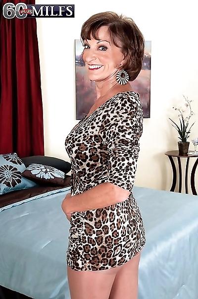 Older milf whore posing in..