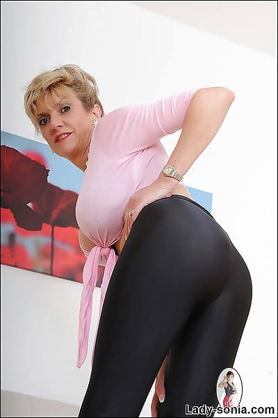 Shiny wetlook leggings busty..