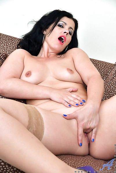 Plump mature mom spreads..