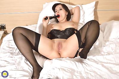 Hot mom sticks a sex toy in..