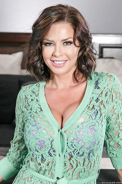 MILF Veronica Avluv loves to..